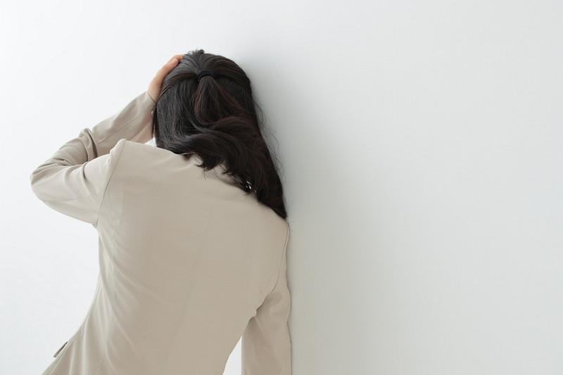 壁に寄りかかっている女性